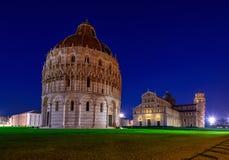 Βαπτιστήριο του Di Di Πίζα Duomo καθεδρικών ναών της Πίζας, Πίζα του ST John Battistero Di SAN Giovanni με τον κλίνοντας πύργο τη Στοκ Εικόνες