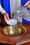 Βαπτιστική πηγή με το νερό στοκ εικόνα