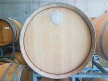 Βαρέλια ενός κρασιού σε ένα κελάρι στοκ φωτογραφία με δικαίωμα ελεύθερης χρήσης