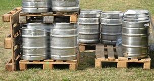 Βαρέλια μπύρας στις παλέτες υπαίθριες Στοκ Εικόνες