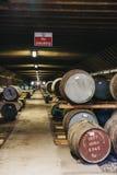 Βαρέλια του ουίσκυ μέσα στην αποθήκη εμπορευμάτων οινοπνευματοποιιών Brora στη Σκωτία, σπάνιο ουίσκυ Brora στο μέτωπο στοκ φωτογραφία