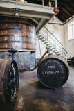 Βαρέλια του ουίσκυ Clynelish μέσα στην οινοπνευματοποιία Brora, Σκωτία στοκ φωτογραφία