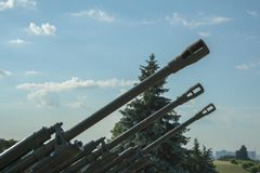 Βαρέλια του πυροβολικού ενάντια σε έναν μπλε ουρανό Η έννοια του πολέμου και της βίας στοκ φωτογραφίες με δικαίωμα ελεύθερης χρήσης