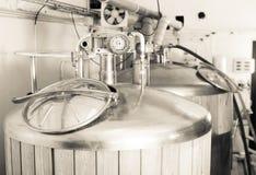 Βαρέλια το ξύλο που τακτοποιείται με τη ζύμωση μπύρας που ευθυγραμμίζεται για στο προϊόν Στοκ Εικόνες