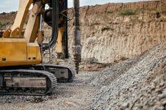 βαρέων καθηκόντων μηχανήματα στο εργοτάξιο οικοδομής Λεπτομέρεια του κτηρίου εθνικών οδών με την περιστροφική μηχανή διατρήσεων Στοκ φωτογραφίες με δικαίωμα ελεύθερης χρήσης