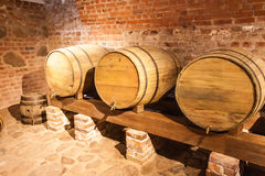 Βαρέλια κρασιού στο υπόγειο Στοκ Φωτογραφία