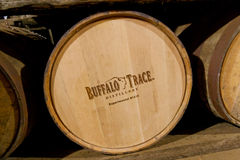 Βαρέλια μπέρμπον που γερνούν στην οινοπνευματοποιία ιχνών Buffalo. Στοκ Εικόνες