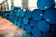 Βαρέλια πετρελαίου βιομηχανίας ή χημικά τύμπανα στοκ εικόνα