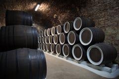 Βαρέλια στο κελάρι κρασιού Στοκ εικόνα με δικαίωμα ελεύθερης χρήσης