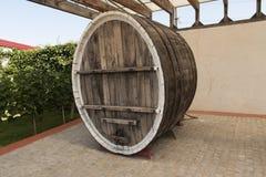 Βαρέλι κρασιού στη φωτογραφία κελαριών κρασιού Στοκ εικόνες με δικαίωμα ελεύθερης χρήσης