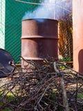 Βαρέλι, που προσαρμόζεται παλαιό για το κάψιμο των κλάδων Στοκ φωτογραφία με δικαίωμα ελεύθερης χρήσης