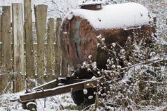 Βαρέλι στις ρόδες στο χιόνι στοκ εικόνες