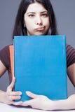 Βαριά και τρυπώντας εκμάθηση WI συνεδρίασης και ατονίας νέων κοριτσιών στοκ φωτογραφία