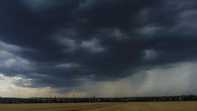 Βαριά καταιγίδα που πλησιάζει πέρα από τη Φρανκφούρτη φιλμ μικρού μήκους