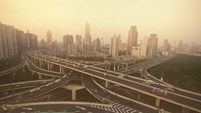Βαριά κυκλοφορία στην ανταλλαγή εθνικών οδών, εναέρια άποψη της ρύπανσης ελαφριάς ομίχλης της Σαγκάη φιλμ μικρού μήκους