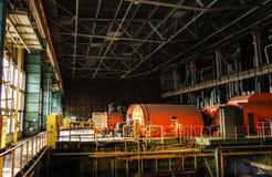 Βαριά μηχανήματα μέσα στις εγκαταστάσεις παραγωγής ενέργειας Στοκ εικόνες με δικαίωμα ελεύθερης χρήσης