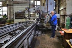 Βαριά μηχανή άλεσης μηχανών πλανίσματος ατσάλινων σκελετών τρυπώντας Στοκ φωτογραφία με δικαίωμα ελεύθερης χρήσης