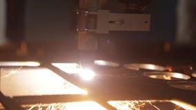 Βαριά μηχανή στο εργοστάσιο φιλμ μικρού μήκους
