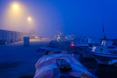 Βαριά ομίχλη πέρα από το καταφύγιο ψαράδων Marmara - την Τουρκία Στοκ Φωτογραφίες