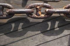 Βαριά οξυδωμένη αλυσίδα με τη σκιά Στοκ Φωτογραφίες