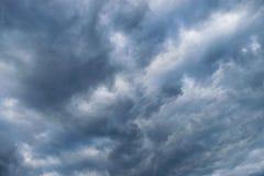 Βαριά σύννεφα πριν από thunder-storm Στοκ Εικόνες