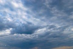 Βαριά σύννεφα πριν από thunder-storm Στοκ φωτογραφία με δικαίωμα ελεύθερης χρήσης