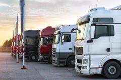 Βαριά φορτηγά με τα ρυμουλκά Στοκ Εικόνα