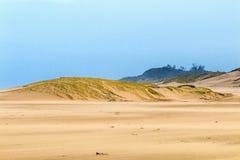 Βαριά φυσώντας άμμος αέρα στην παραλία ενάντια στον παράκτιο ορίζοντα Στοκ Εικόνες