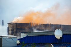 Βαριές βιομηχανικές εκπομπές εγκαταστάσεων σιδήρου, περιβαλλοντική ρύπανση, ρυπογόνος αέρας σωλήνων εργοστασίων Στοκ φωτογραφία με δικαίωμα ελεύθερης χρήσης