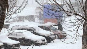 Βαριές χιονοπτώσεις στην πόλη χιονισμένα αυτοκίνητα στο χώρο στάθμευσης απόθεμα βίντεο