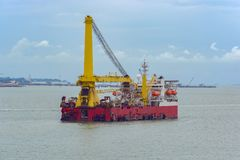 Βαριοί φορτωτήρας ανελκυστήρων και σκάφος συνδυασμού εγκατάστασης σωληνώσεων στοκ εικόνα