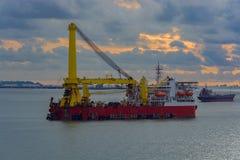 Βαριοί φορτωτήρας ανελκυστήρων και σκάφος συνδυασμού εγκατάστασης σωληνώσεων στοκ φωτογραφίες με δικαίωμα ελεύθερης χρήσης