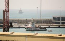 ΒΑΡΚΕΛΩΝΗ - 4 ΙΟΥΛΊΟΥ 2018: Το ανοικτό σκάφος του ONG όπλων Proactiva φθάνει στο λιμάνι της Βαρκελώνης στις 5 Μαΐου 2018 στη Βαρκ στοκ φωτογραφίες
