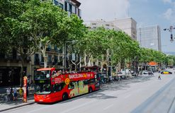 ΒΑΡΚΕΛΩΝΗ, ΙΣΠΑΝΙΑ - 26 Απριλίου 2018: Τουριστικό τουριστηκό λεωφορείο πόλεων της Βαρκελώνης με τους τουρίστες στη διαδρομή γύρω  στοκ εικόνα