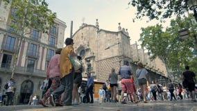 ΒΑΡΚΕΛΩΝΗ, ΙΣΠΑΝΙΑ: Λα Rambla στις 10 Ιουνίου 2016 στη Βαρκελώνη, Ισπανία Χιλιάδες περίπατος ανθρώπων καθημερινά από αυτό δημοφιλ απόθεμα βίντεο