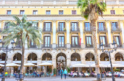 ΒΑΡΚΕΛΩΝΗ, ΙΣΠΑΝΙΑ - 10 Νοεμβρίου: Plaza πραγματικό Placa Reial Βασιλική τετραγωνική Καταλωνία Στοκ Εικόνα