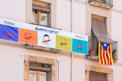 ΒΑΡΚΕΛΩΝΗ, ΙΣΠΑΝΙΑ - 3 ΟΚΤΩΒΡΊΟΥ 2017: Άποψη του κτηρίου με μια αφίσα Το δημοψήφισμα στην ανεξαρτησία, Βαρκελώνη, Καταλωνία Στοκ Εικόνα