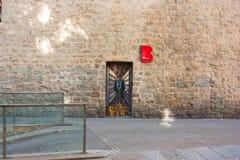 ΒΑΡΚΕΛΩΝΗ, ΙΣΠΑΝΙΑ - 17 Οκτωβρίου 2017 - άτομα γκράφιτι στην πόρτα ο Στοκ Εικόνες