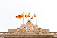 ΒΑΡΚΕΛΩΝΗ, ΙΣΠΑΝΙΑ - 16 ΦΕΒΡΟΥΑΡΊΟΥ 2017: Κτήριο Δημοτικού Συμβουλίου Κάλυψη των όπλων και σημαίες της Ισπανίας Διάστημα αντιγράφ Στοκ Εικόνες