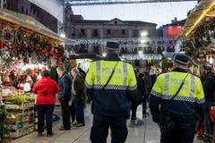 Βαρκελώνη, Ισπανία - 19 Δεκεμβρίου 2018: καταλανική και ισπανική οπλισμένη αγορά Χριστουγέννων περιπόλου αστυνομικής δύναμης ως π στοκ εικόνα