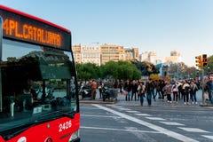 Βαρκελώνη, Ισπανία - 6 Δεκεμβρίου 2018: καταλανικό λεωφορείο δημόσιων συγκοινωνιών με τον οδηγό στην πλατεία Catalunya στο κέντρο στοκ φωτογραφία με δικαίωμα ελεύθερης χρήσης