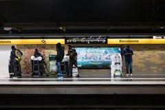 Βαρκελώνη, Ισπανία - 4 Δεκεμβρίου 2018: οι αφρικανικοί νέοι, κάλεσαν τα manteros, στο μετρό Barceloneta μετά από μια ημέρα που λε στοκ εικόνες με δικαίωμα ελεύθερης χρήσης