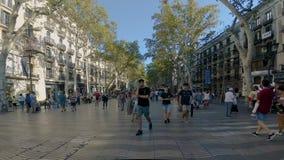 Βαρκελώνη Ισπανία 25 Ιουλίου 2015: Πλήθος των ανώνυμων ανθρώπων που περπατούν Rambla της Βαρκελώνης φιλμ μικρού μήκους