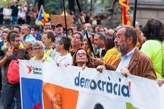 Βαρκελώνη, Ισπανία - 1 Οκτωβρίου 2018: η γυναίκα εξετάζει επάνω το καταλανικό έμβλημα δημοκρατίας εκμετάλλευσης σημαιών κατά τη δ στοκ εικόνα με δικαίωμα ελεύθερης χρήσης