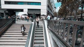 Βαρκελώνη, Ισπανία: Πλήθος σε Plaza de catalunya Square απόθεμα βίντεο
