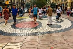 Βαρκελώνη, Ισπανία στις 3 Σεπτεμβρίου 2018: Άνθρωποι που περπατούν σε ένα μωσαϊκό Jona MIrà ² στοκ εικόνα