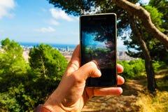 Βαρκελώνη, Ισπανία στις 3 Σεπτεμβρίου 2018: Ένας τύπος παίρνει μια φωτογραφία της πόλης από μια πανοραμική άποψη στοκ εικόνες