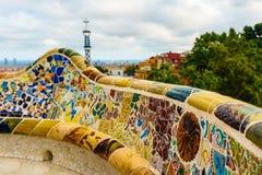 Βαρκελώνη, Ισπανία στις 4 Σεπτεμβρίου 2018: Εργασία μωσαϊκών Guell Gaudà ` s Parc για το κύριο πεζούλι στοκ φωτογραφία