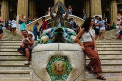 Βαρκελώνη, Ισπανία στις 4 Σεπτεμβρίου 2018: Οι τουρίστες Guell Parc παίρνουν μια φωτογραφία με το δράκο στοκ φωτογραφία με δικαίωμα ελεύθερης χρήσης