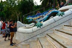Βαρκελώνη, Ισπανία στις 4 Σεπτεμβρίου 2018: Οι τουρίστες Guell Parc παίρνουν μια φωτογραφία με το δράκο στοκ φωτογραφία